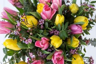 Draufsicht auf Bouquet mit rosa und gelben Tulpen