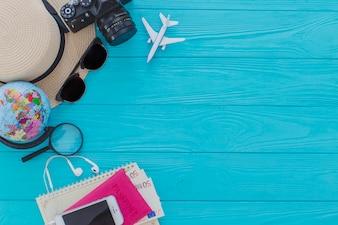 Draufsicht auf dekorative Sommerobjekte auf Holzoberfläche