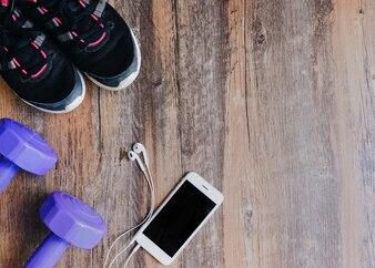 Draufsicht auf flache Laien Fitness-Elemente für Frauen Sport auf Holzuntergrund mit Kopie Raum