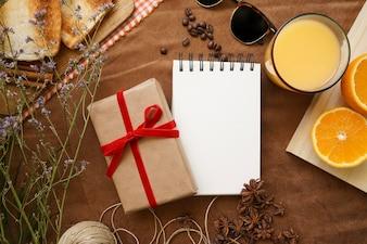 Draufsicht auf Frühstück für Vatertag mit Geschenk und Notizbuch