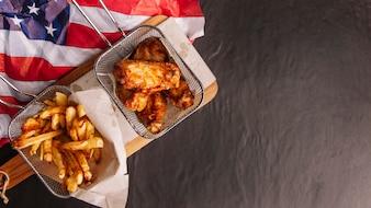 Draufsicht auf Huhn, Pommes und amerikanische Flagge
