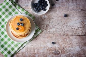 Draufsicht auf Pfannkuchen mit Blaubeeren