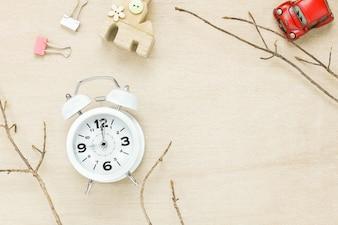 Draufsicht Auto Haus Seil weiße Uhr und Baum auf Holzuntergrund.