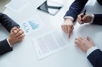 Draufsicht der Geschäftsmann Signieren von Dokumenten