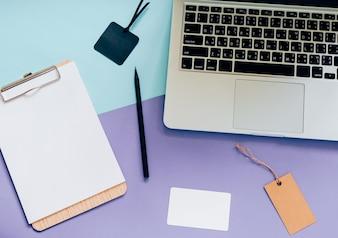 Draufsicht flach lag Stil von workapce Schreibtisch mit Laptop, leere Zwischenablage und Tag auf minimal Farbe Hintergrund