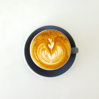 Draufsicht heißer Latte Kaffee in weißer Tasse. Isoliert auf weißem Hintergrund.