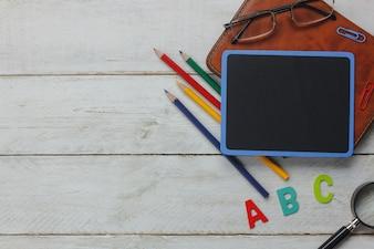 Draufsicht Schule Elemente auf Holzuntergrund