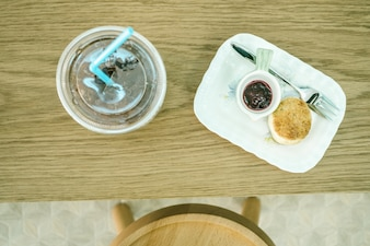 Draufsicht Scones mit Marmelade und Eis Kaffee auf dem Tisch.