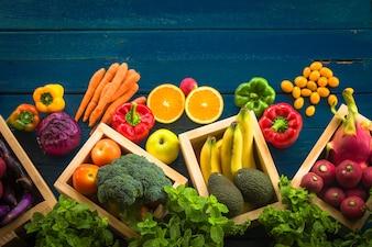Draufsicht von frischem Gemüse auf dem Tisch, Frisches Gemüse in Holz-Container mit Kopie Raum