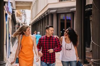 Drei junge Freunde einkaufen