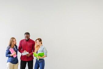 Drei Studenten beobachten Notizen