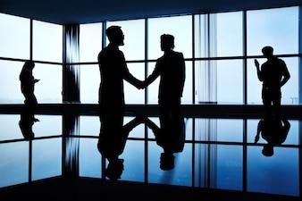 Dunkel Geschäftsmann Sitzung stehende Vereinbarung