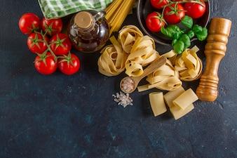 Dunkle Oberfläche mit frischen Produkten für das Kochen Pasta