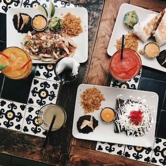Essen und Trinken in einem mexikanischen Restaurant