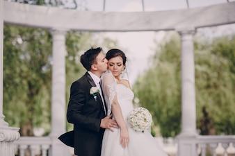 Ehemann küßt Frau
