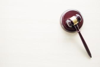 Ein Hammer auf einem hölzernen braunen Tisch, Recht, Rechtsanwalt und Gerechtigkeit Konzept