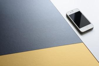 Ein Handy isoliert auf drei Farben modernen Design Hintergrund. Schwarz, weiß und gelb color.o