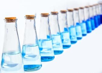 Eine Glasflasche mit blauer Flüssigkeit