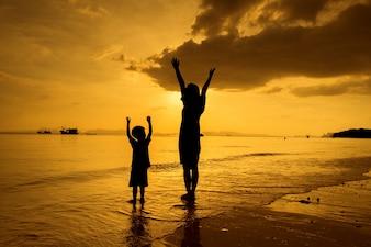 Eine Mutter und Sohn im Freien bei Sonnenuntergang mit Kopie Raum