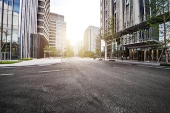 Einsame Straße mit modernen Gebäuden