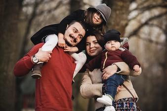 Eltern mit Kindern posieren im Park
