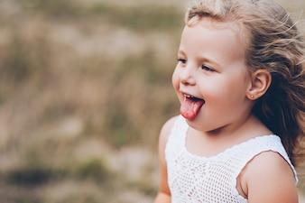 Emotionale Kind Mädchen im Freien