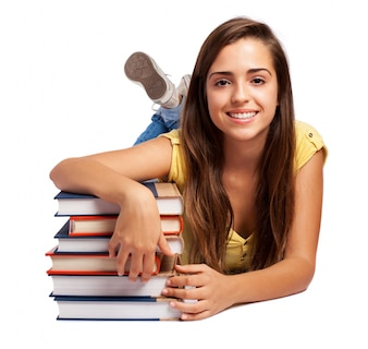 Entspannt Schülerin posiert mit ihren Bücher