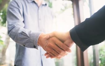 Erfolgreiche Geschäftsleute Hand schütteln.