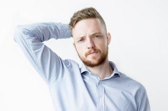 Ernst verwirrter junger hübscher Mann