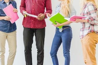 Ernte-Studenten posieren mit Notebooks