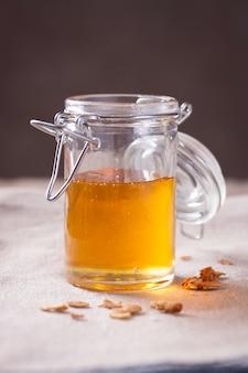 Eröffnet Glas mit Honig