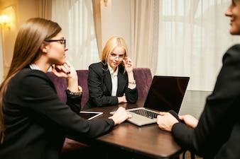 Erwachsene Büro Mädchen glückliches Team elegant