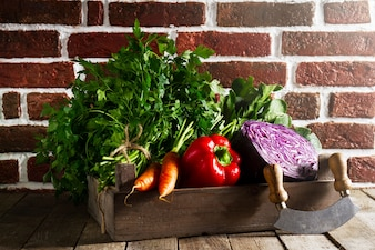 Essen Gemüse Bunte Hintergrund. Leckeres frisches Gemüse in Holzkiste auf Holztisch. Küche Hintergrund. Text kopieren