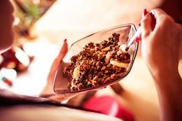 Essen Getreide in den Morgen