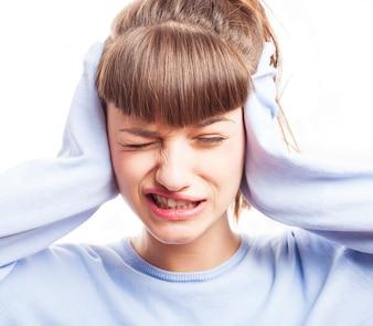 Expressive Mädchen, die ihre Ohren
