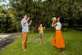 Familie spielt Ball im Garten