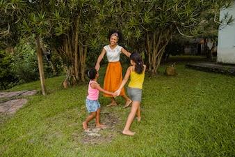 Familie tanzen im Garten