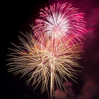 Feuerwerk in den dunklen Himmel Hintergrund