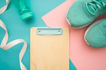 Fitness-Elemente auf blau und rosa Hintergrund