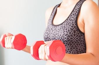Fitness Frau mit roten Hanteln, Workout und gesund