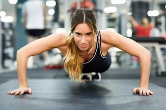 Fitnessstudio Frau Muskeln Gesundheit Übung