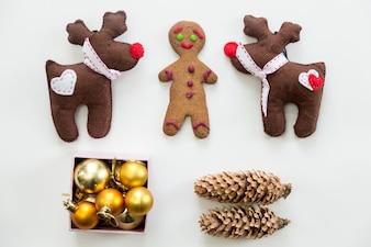 Flache Ansicht der netten Weihnachtsdekoration und Spielwaren