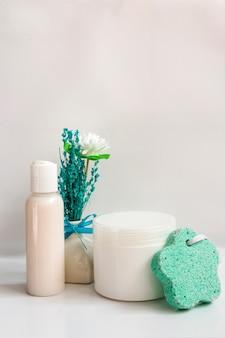 Flaschen für Kosmetik und Schwamm