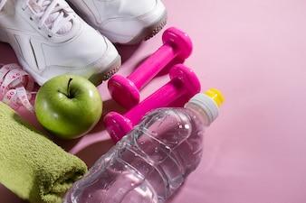 Flat Lay Sport Konzept Gesunde Leben Ausrüstung auf Bright Pink Background. Nahaufnahme mit Kopie Raum.