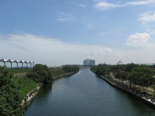 Fluss führt zu einem Bürogebäude