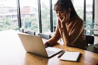 Frau arbeitet am Laptop