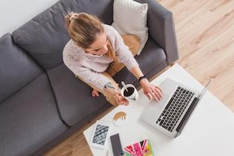 Frau arbeitet mit Laptop auf dem Tisch
