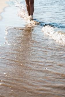 Frau, die in den Wellen geht