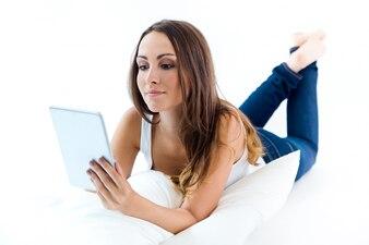 Frau, die Verlegung und mit dem Tablet