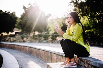Frau durchstöbert Smartphone auf Schritte